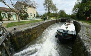 Un bateau de plaisance sur le canal du Midi à Caux-et-Sauzens près de Carcassone, le 3 Mai 2016
