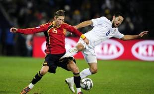 Le footballeur espagnol Sergio Ramos (à g.), à la lutte avec l'Américain Clint Dempsey lors de la demi-finale de la Coupe des confédérations, le 24 juin 2009 à Bloemfontein.