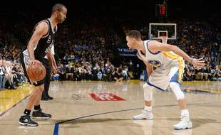Tony Parker, des San Antonio Spurs, face à Stephen Curry, des Golden State Warriors, le 7 avril 2016.
