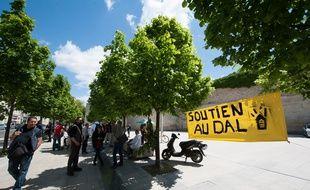 Bordeaux, 14 mai 2014. - Manifestation de soutien aux militants du Dal juges pour violation de domicile prive devant le TGI de Bordeaux. - Photo : Sebastien Ortola
