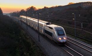 Circulation d'un train à grande vitesse sur la ligne Altantique.