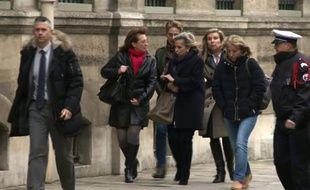 Capture d'écran d'une vidéo tournée par l'AFPTV montrant les filles de Jacqueline Sauvage arrivant à l'Élysée à Paris, le 29 janvier 2016, pour rencontrer le Président François Hollande