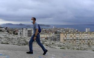 Un homme porte un masque à Marseille