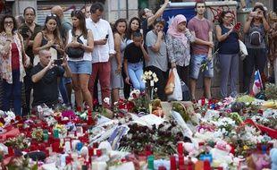 Des passants se recueillent sur les Ramblas en Catalogne après le double attentat à Barcelone et Cambrils, le 21 août 2017.
