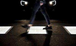 Les passages-cloutés lumineux sont installés à la sortie de l'autoroute A8.
