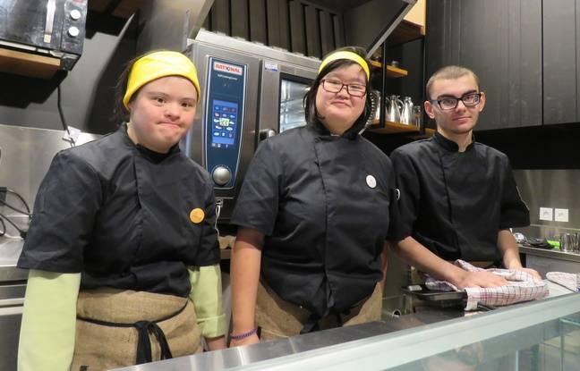 L'équipe du Café Joyeux est répartie entre la cuisine, le comptoir et la salle.