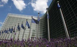 """La Commission européenne prévoit un cocktail de propositions pour relancer l'emploi incluant des salaires minimums """"décents"""" mais aussi leur """"différenciation"""" par branches, de nature à susciter la controverse en France notamment en pleine campagne présidentielle."""