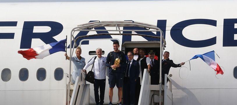 Le sélectionneur de l'équipe de France, Didier Deschamps, et le capitaine des Bleus, Hugo Lloris, sortent de l'avion le 16 juillet 2018 vers 17 heures.