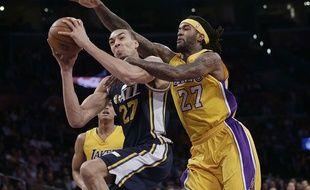 Rudy Gobert (à gauche) lors d'un match contre les Lakers le 19 mars 2015.