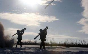 Des soldats ukrainiens tirent des missiles sol-air près de Lugansk, en Ukraine, le 1er décembre 2014