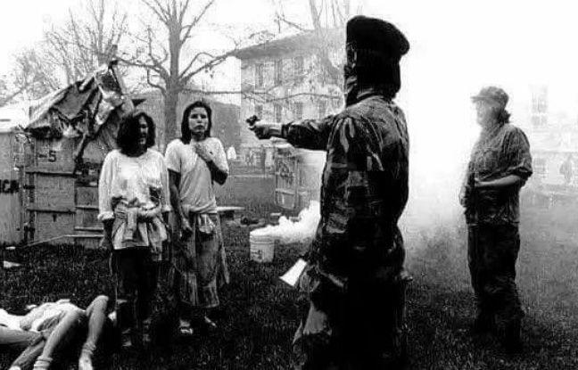 Cette photo en noir et blanc, représente un guérillero marxiste salvadorien dans les années 1980.