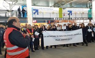 Une centaine de salariés d'Air France s'est réuni à l'appel de la CGT suite au suicide de trois salariés