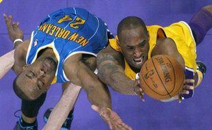 Kobe Bryant à la lutte au rebond avec Landry des Hornets, le 21 avril 2011