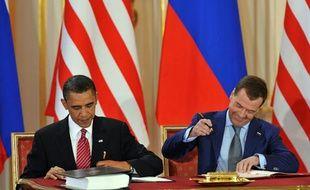Les présidents américain, Barack Obama, et russe, Dmitri Medvedev , signent le nouveau traîté Start, à Prague, le 8 avril 2010.