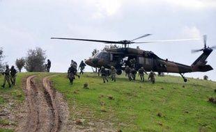 Des soldats turcs débarquent d'un hélicoptère lors d'une intervention contre les rebelles kurdes du PKK, en 2012