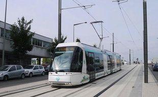 Un exemple de tramway sur pneus: Le T5, en région parisienne