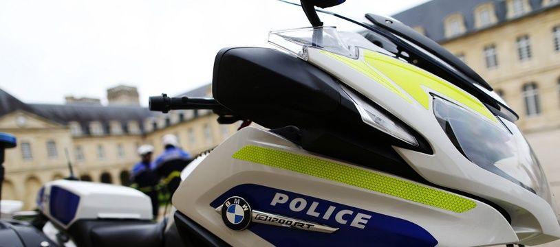 Une moto de police photographiée à Caen.