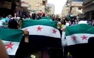 Capture d'écran d'une vidéo amateur montrant des manifestants à Deir el-Zour, en Syrie, le 12 avril 2012.