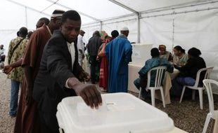 """""""J'arrête, je ne vote plus, j'en ai marre"""", s'énerve Moussa. Deux semaines après un premier scrutin chaotique et malgré quelques améliorations, la confusion régnait toujours dimanche devant le consulat général du Mali en France, pour le second tour de la présidentielle malienne"""