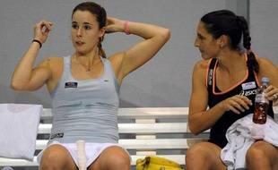 Les joueuses françaises, Alizé Cornet (à g.) et Virginie Razzano, lors d'un match en double, le 10 février 2011.