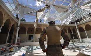 Des soldats français chargés d'enlever les débris dans une école soufflée par l'explosion au port de Beyrouth, le 20 août 2020.
