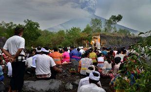 Des Balinais hindous prient pour empêcher l'éruption du volcan lors d'une cérémonie, le 26 novembre 2017.