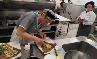 Le jury en cuisine veille à la technicité de la réalisation ainsi qu'un respect du timing.