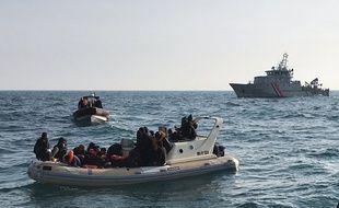 Des sauveteurs britanniques aident 20 migrants qui tentaient de traverser la Manche, en février 2019.