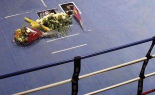 Des bouquets de fleurs en hommage à Alexis Vastine, déposés sur un ring de boxe à l'Insep, le 10 mars 2015 à Vincennes