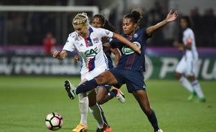 A l'image de ce duel accroché entre la Lyonnaise Ada Hegerberg et la Parisienne Laura Georges, les duels ont été très accrochés le 20 mai en finale de Coupe de France. JEAN-SEBASTIEN EVRARD