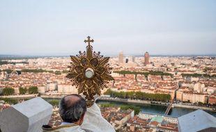 Chaque 8 septembre, les autorités religieuses bénissent la ville de Lyon de Fourvière, perpétuant ainsi la tradition du voeu des échevins datan de 1643.