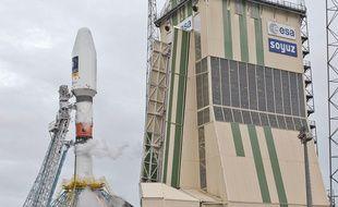 Le lanceur Soyouz VS011 sur son pas de tir avant son lancement depuis le centre spatial guyanais.