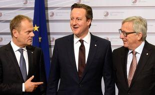 Le premier ministre David Cameron avec le president de la Commission européenne Jean-Claude Juncker et le president du Conseil européen Donald Tusk le 22 mai 2015.
