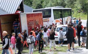 Ascou, le 10 juillet 2014. Des enfants sont évacués du centre Saint-Bernard où ils étaient en colonie de vacances après la mort d'un enfant de huit ans.