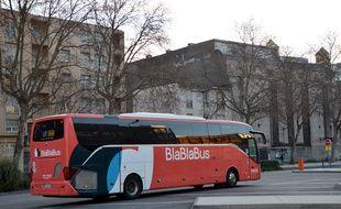 Un car de l'opérateur Blablabus.