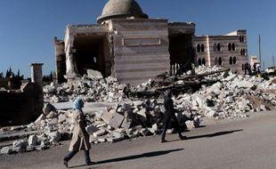 A Mogambo, un quartier huppé sunnite du nord-ouest d'Alep, Ghali Zaboubi possède deux cafés, dont l'un est réputé pour être celui des opposants. Son coeur penche en faveur du changement mais il rejette la rébellion armée qui ruine, selon lui, sa ville et le commerce.