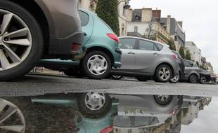 Illustration de voitures garées sur un parking payant, ici à Rennes.