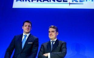 Le président de KLM Pieter Elbers (g) et le PDG du groupe Air France-KLM Alexandre de Juniac à Paris le 18 février 2016