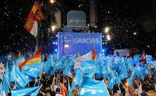 Des partisans du Parti Populaire espagnol fêtent leur victoire aux élections municipales, le 22 mai 2011, à Madrid.