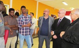 Le préfet du Pas-de-Calais, Fabien Sudry, (à droite), en grande discussion avec des migrants venus du Soudan et l'interprète, lors d'une visite le 20 décembre 2017, au centre d'accueil de Croisilles, près d'Arras.