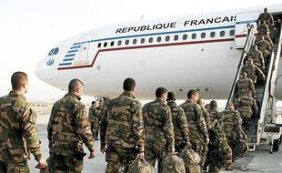 Des soldats français embarquent à Kaboul pour quitter l'Afghanistan.