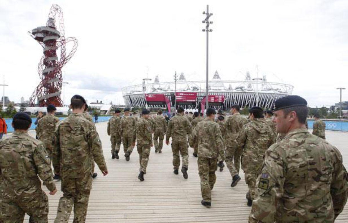 Des soldats britanniques visitent le Parc Olympique à Stratford, à l'est de Londres, le 15 juillet 2012. – REUTERS/Andrew Winning