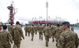 Des soldats britanniques visitent le Parc Olympique à Stratford, à l'est de Londres, le 15 juillet 2012.