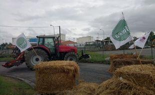 Des agriculteurs de la FNSEA et des JA bloquent le dépôt de carburant de Lespinasse, près de Toulouse.