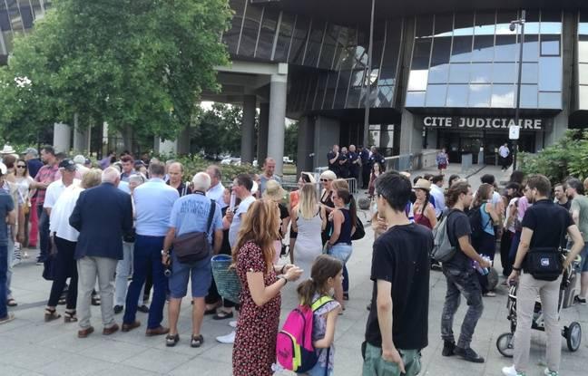 Partisans de la chasse à courre (à gauche) et militants anti-chasse s'étaient rassemblés ce mardi devant le tribunal.
