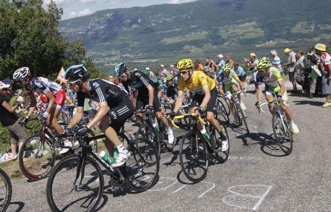 Les coureurs du Tour de France, lors du passage dans le col du Grand Colombier, le 11 juillet 2012.