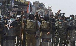 Les forces de l'ordre et les militants du parti Tehreek-e-Labbaik  (TLP) à Lahore, le 18 avril 2021.