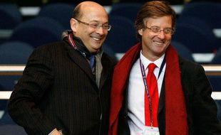 Sébastien Bazin (écharpe rouge) dans les tribunes du Parc des Princes le 13 janvier 2008.
