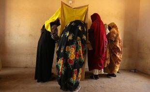 Des soudanaises votent le 14 avril 2015 à Mayo, une banlieue de Khartoum avec un forte présence de réfugiés ayant fuit les régions du Darfour et du Kordofan en raison des combats entre des groupes rebelles et le régime du président Omar el-Béchi