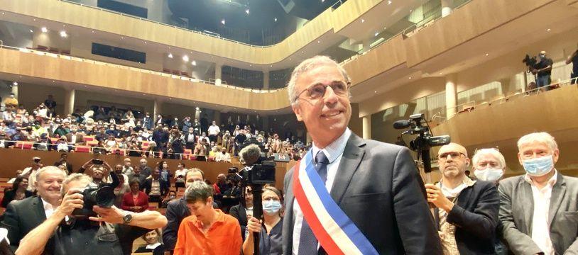 Pierre Hurmic avec l'écharpe de maire, après son élection lors du conseil municipal de Bordeaux du 3 juillet, qui s'est tenu à l'auditorium de Bordeaux.